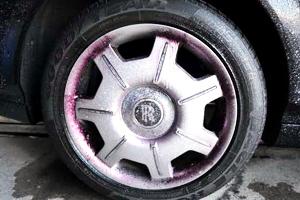 洗車後、専用リムーバーを吹付け鉄粉を溶かしながら除去します。