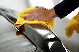 専用洗剤でコンパウンドに含まれる油分を取り除きます。